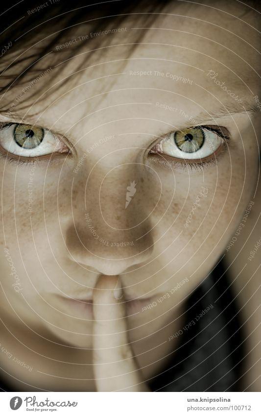 be quiet ruhig Mädchen Junge Frau Jugendliche Erwachsene Auge Mund Finger schweigen Sommersprossen stumm Blick gestikulieren Blick in die Kamera geheimnisvoll