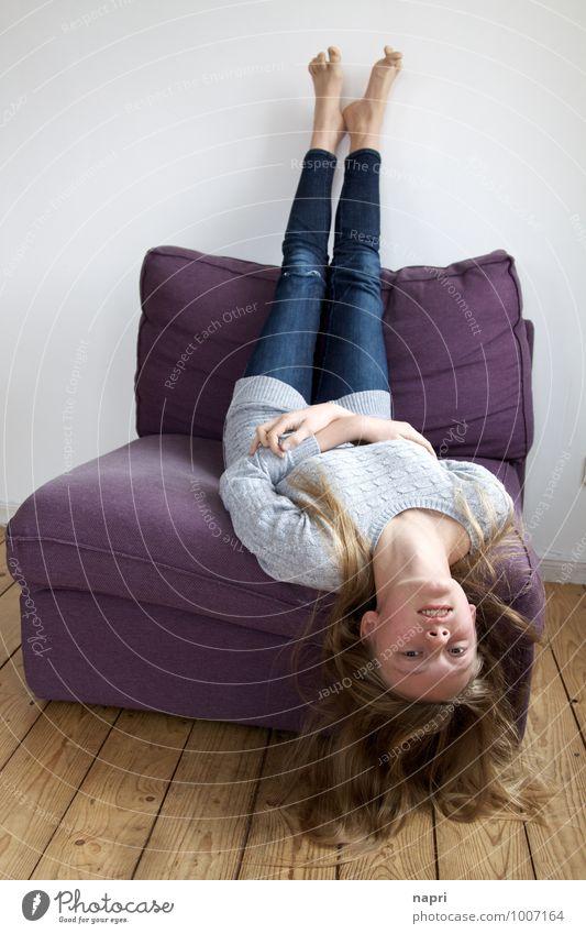 mal die Perspektive wechseln Sessel feminin Mädchen Junge Frau Jugendliche 1 Mensch 13-18 Jahre Kind blond langhaarig Lächeln liegen einzigartig rebellisch dünn