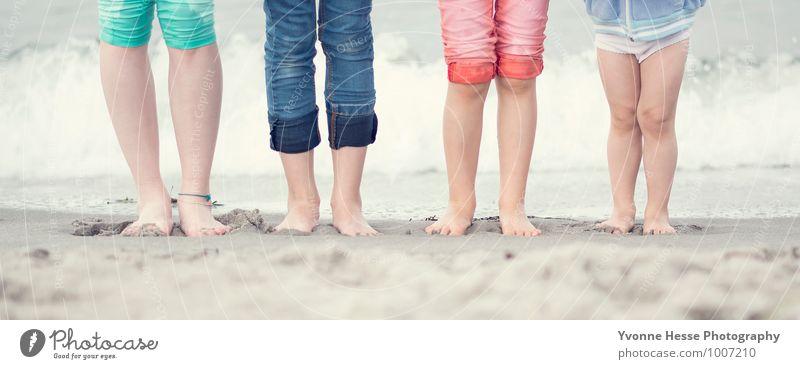 Füße im Sand Lifestyle Haut Spielen Sonne Kind Mädchen Junge Freundschaft Kindheit Fuß 4 Mensch 8-13 Jahre Natur Wasser Hose Jeanshose entdecken genießen braun