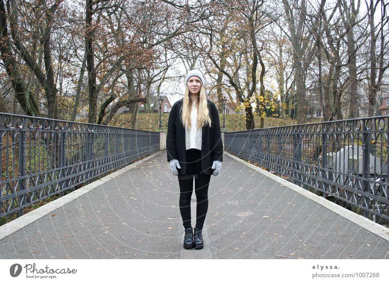 Cozy winter Mensch Frau Natur Jugendliche weiß Baum Junge Frau 18-30 Jahre Winter schwarz Erwachsene feminin grau Mode Metall Körper