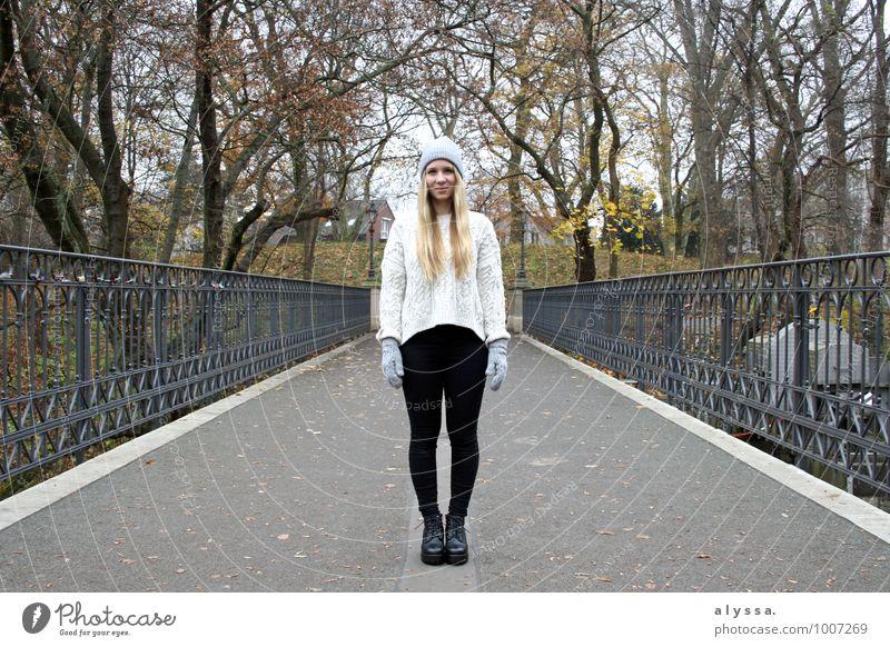 Cozy Winter Mensch feminin Junge Frau Jugendliche Erwachsene Körper 1 18-30 Jahre Mode Bekleidung Pullover Accessoire Schuhe blond braun grau schwarz Brücke
