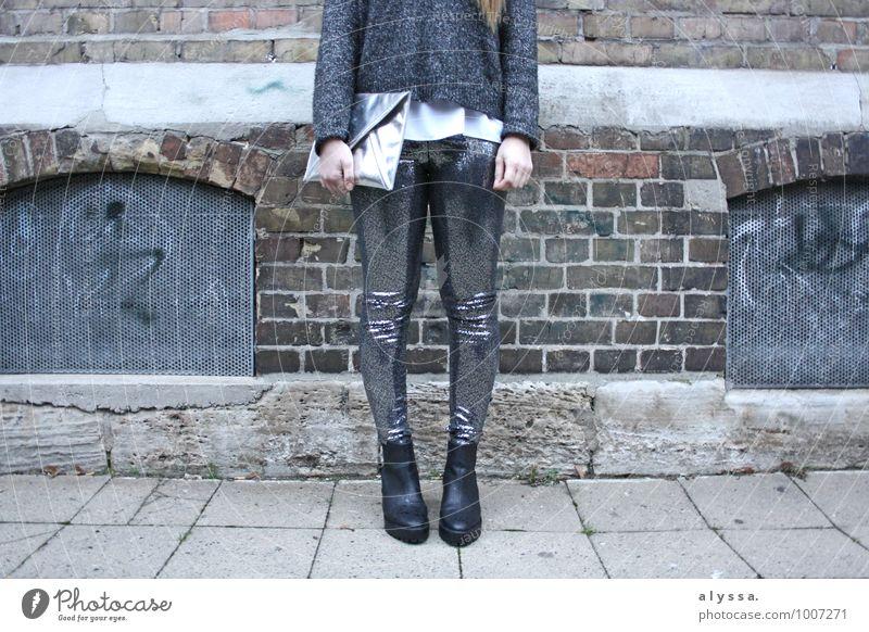 Glitter Mensch feminin Frau Erwachsene Körper Beine Fuß 1 18-30 Jahre Jugendliche Haus grau silber weiß glänzend Mode fashion Gedeckte Farben Außenaufnahme Tag