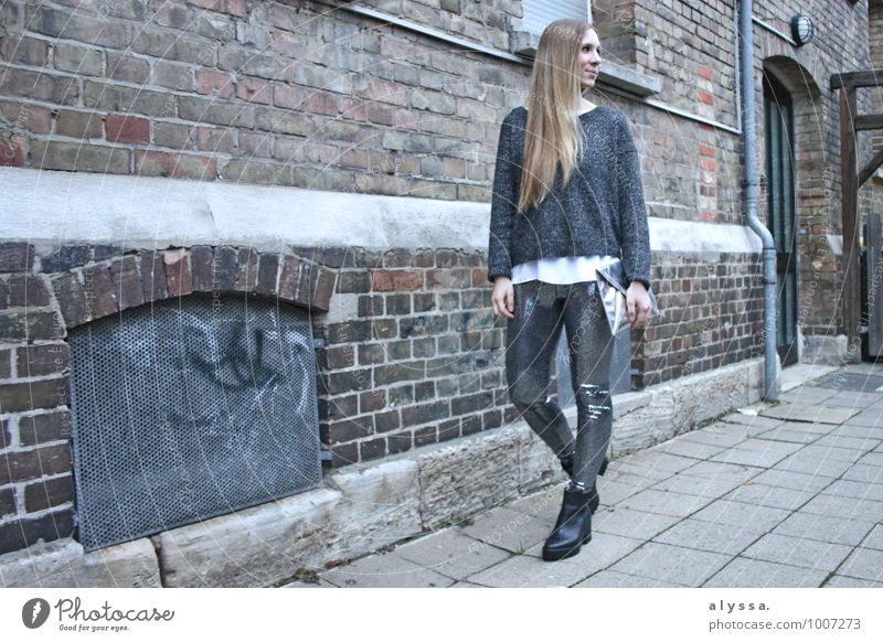 Glitter Pants Mensch Frau Jugendliche Junge Frau 18-30 Jahre Erwachsene feminin Haare & Frisuren gehen Mode Körper blond stehen Schuhe Bekleidung Coolness