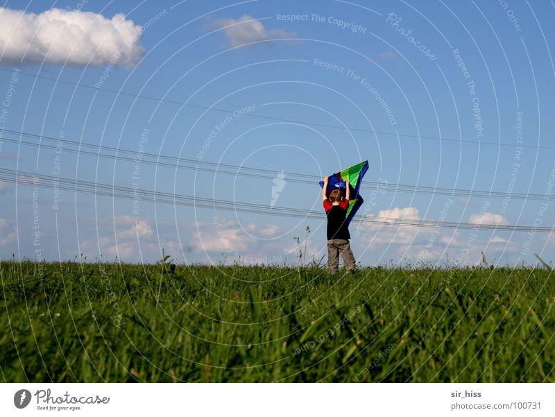 Untier auf Wäscheleine Starkstrom Sommer Wiese Feld gefährlich Wolken Elektrizität grün rot Physik Spielen Freude Drache Wind bedrohlich Seil Leitung blau Wärme