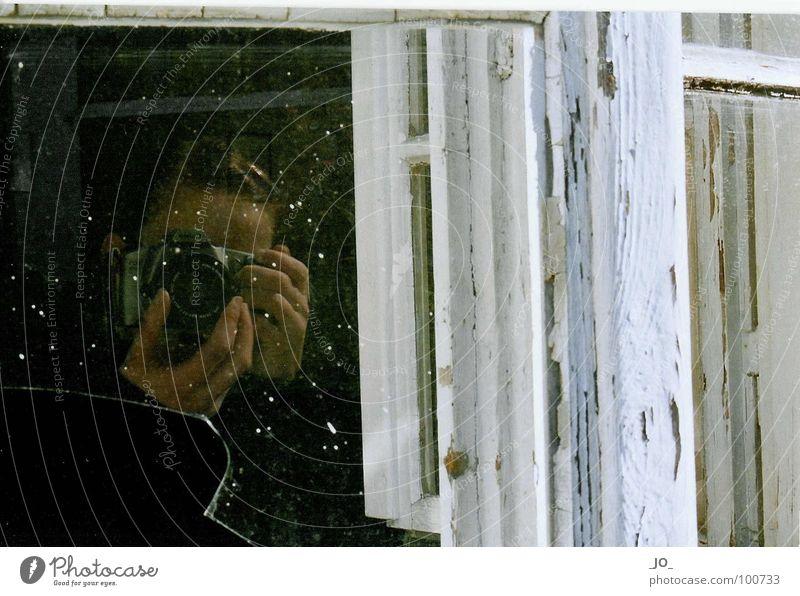 SElbst_POrtRAIT weiß ruhig Glas kaputt verfallen Staub Scherbe Fensterrahmen
