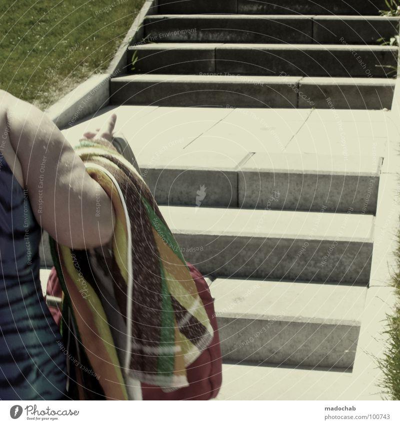 ALLE STUFEN FÜHREN ZUM JOJO-EFFEKT Mensch Frau Senior Arme Treppe Beton nass Übergewicht dick feucht Bildausschnitt Anschnitt Handtuch Badeanzug Oberarm Tigerfellmuster