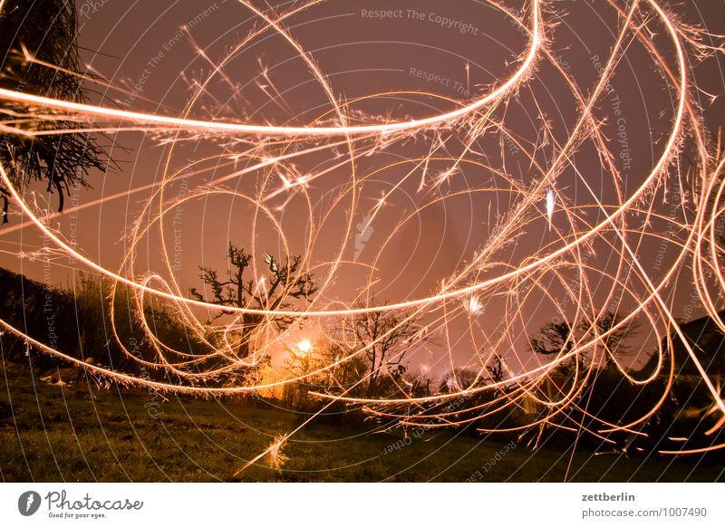 Silvester im Gärtchen Weihnachten & Advent Dezember dunkel Illumination Licht Party Stimmung Wunderkerze Leuchtspur Lightshow Langzeitbelichtung Kurve Linie