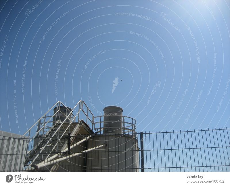 Kieswerk Himmel Sonne blau Gebäude Industrie Treppe Turm Stahl Zaun Leiter Schornstein Mittag