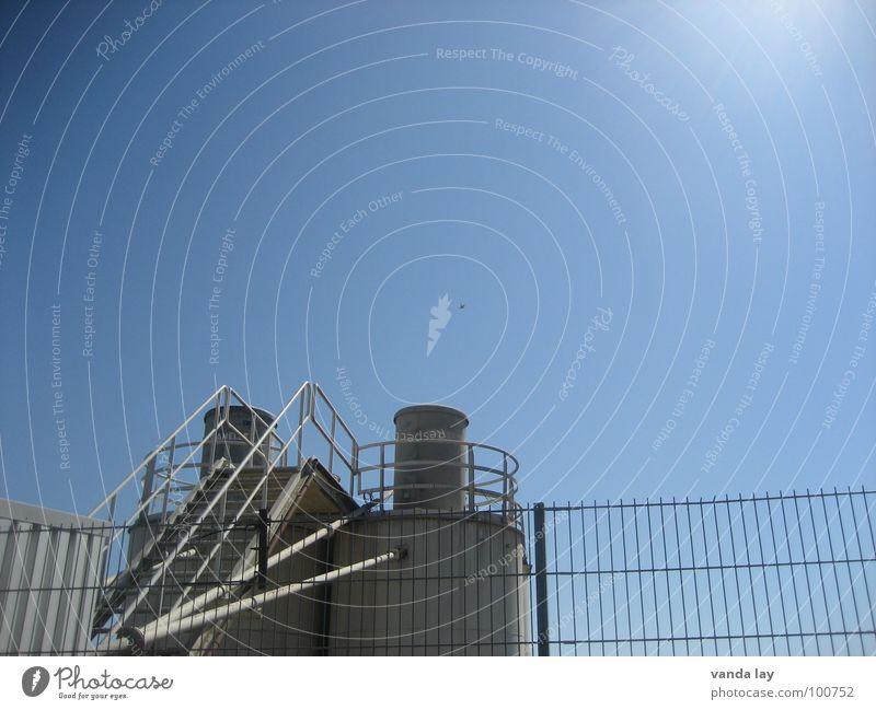 Kieswerk Zaun Mittag Stahl Gebäude Industrie Treppe Sonne Himmel blau Turm Schornstein Leiter