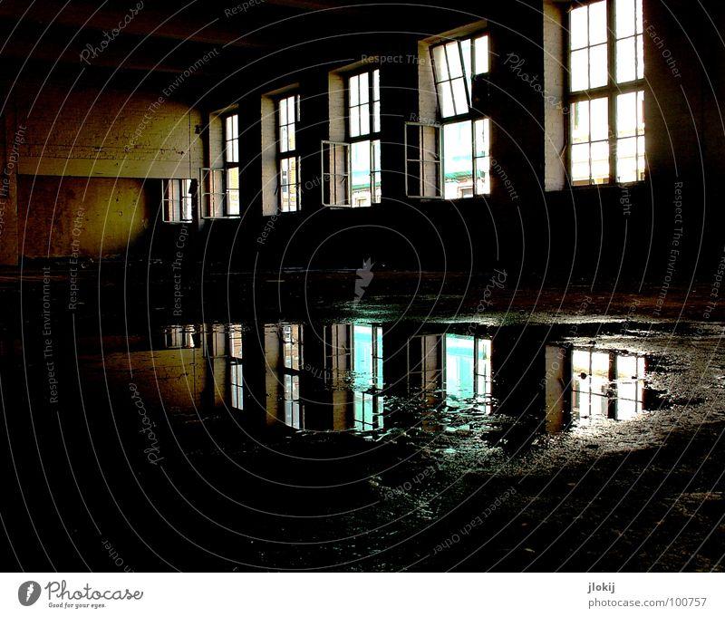 Light In The Dark Fabrikhalle leer Lagerhalle Pfütze nass feucht Reflexion & Spiegelung Beleuchtung Sonnenlicht Fenster Beton dreckig groß Haus Gebäude