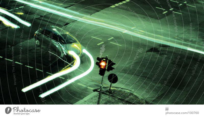 scharfer Rechtsabbieger rot Lampe Wege & Pfade PKW Schilder & Markierungen Verkehr Geschwindigkeit gefährlich Asphalt Spuren vergangen Ampel beweglich Mischung Scheinwerfer Eile