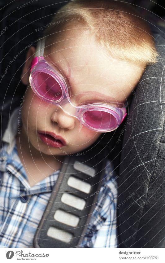 Badespaßrückfahrtschläfchen Kind Schwimmbad tauchen Spielen anstrengen Müdigkeit fertig schlafen Autositz Kindersitz Schwimmbrille Badehose Badelatschen rosa