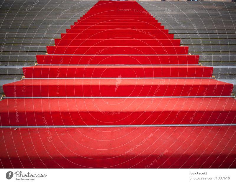 Stufenweise nach oben Kultur Treppe Roter Teppich hoch seriös rot Ehre Erfolg authentisch Stolz Symmetrie Tradition Wege & Pfade Stufenordnung