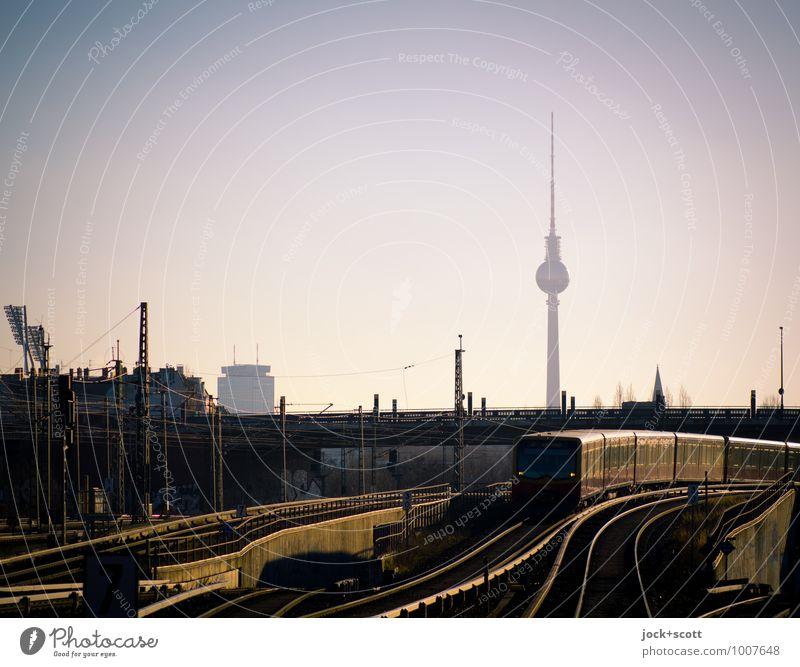 Zug um Zug zum nächsten Bahnhof Sommer Brücke Wahrzeichen Berliner Fernsehturm S-Bahn Schienennetz lang Geschwindigkeit Stadt Stimmung Vertrauen Verlässlichkeit