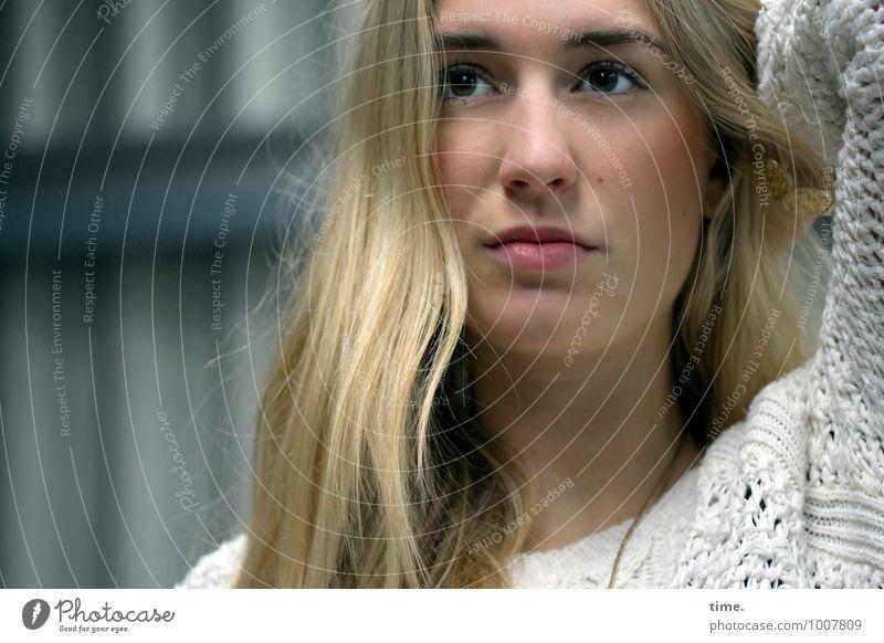 . Mensch Jugendliche schön Junge Frau feminin natürlich blond beobachten Wandel & Veränderung planen Neugier Gelassenheit Konzentration Mut Werkstatt langhaarig