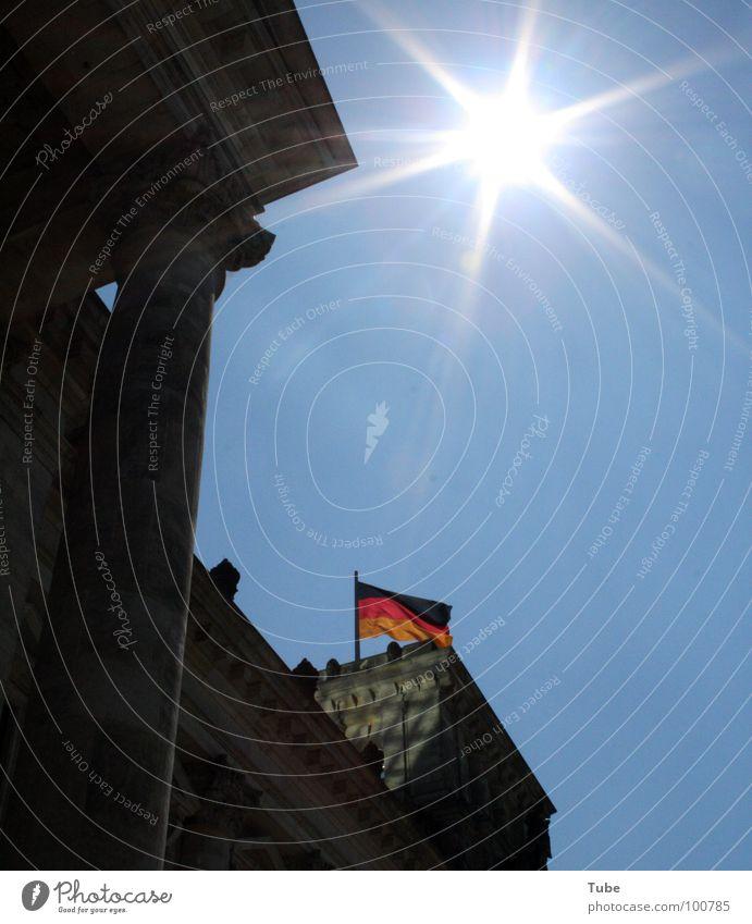 Sommerpausenloch Himmel Ferien & Urlaub & Reisen blau Farbe weiß Sonne rot Wolken schwarz Wärme Berlin Gebäude Mauer klein grau