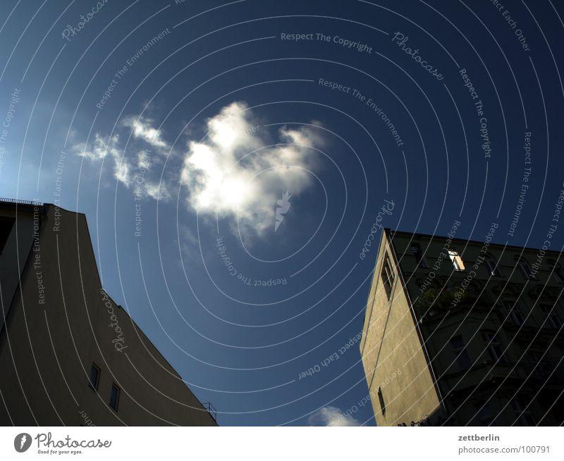 Haus, Wolke, Haus Stadthaus Mieter Vermieter Nachbar geheimnisvoll Nacht Abend Angst unheimlich Wolken Froschperspektive träumen schlafen Himmel Gebäude