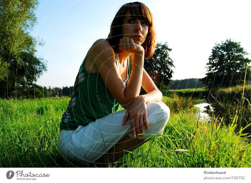 angst? Wiese grün Gras Halm Frau Sommer Angst Außenaufnahme Baum Bach Niedersachsen Misstrauen dünn weiß Hose Fluss blau Himmel Sonne Auge