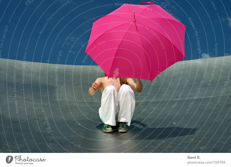 rutsch mir den Buckel runter Mensch Himmel Mann blau Hand weiß grün Freude Metall hell Regen blond Schuhe rosa Schilder & Markierungen Kraft