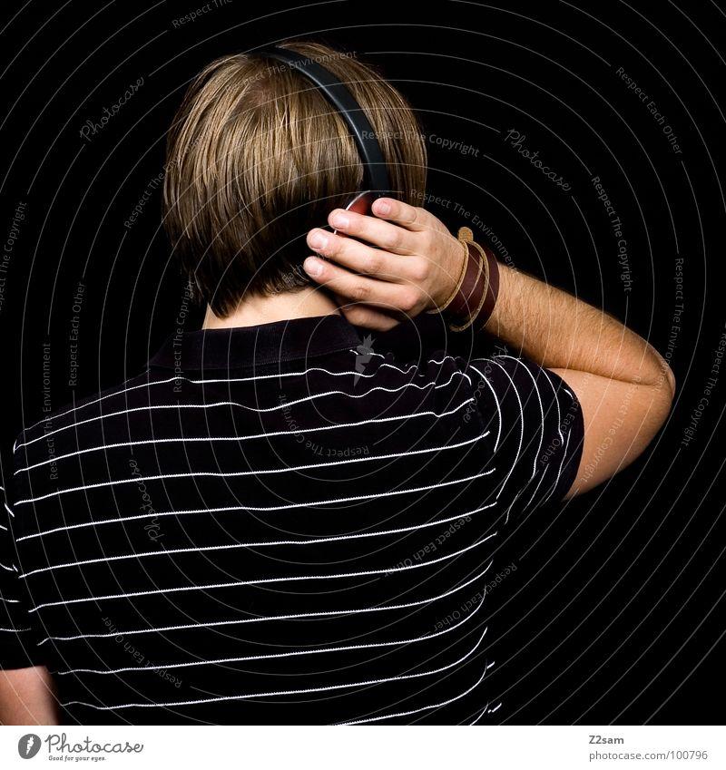 Beschallung_hinterrücks V Musik hören laut Kopfhörer Selbstportrait schwarz T-Shirt lässig Jugendkultur Stil Denken Erholung blond Haarsträhne Muster grün weiß
