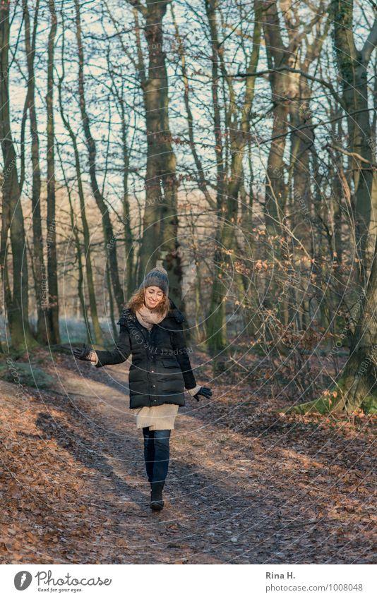 Beschwingt Junge Frau Jugendliche 1 Mensch 13-18 Jahre Kind Umwelt Landschaft Winter Schönes Wetter Wald Jeanshose Jacke Handschuhe Stiefel Mütze brünett
