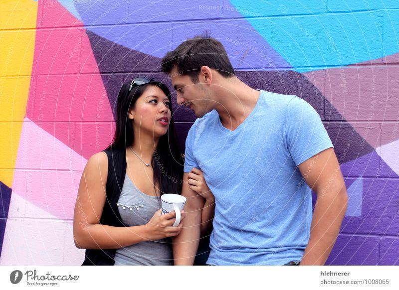 Paargespräche trinken Kaffee Stil Glück Erholung Freizeit & Hobby Flirten Schule Studium sprechen Frau Erwachsene Mann Lächeln Liebe stehen Fröhlichkeit