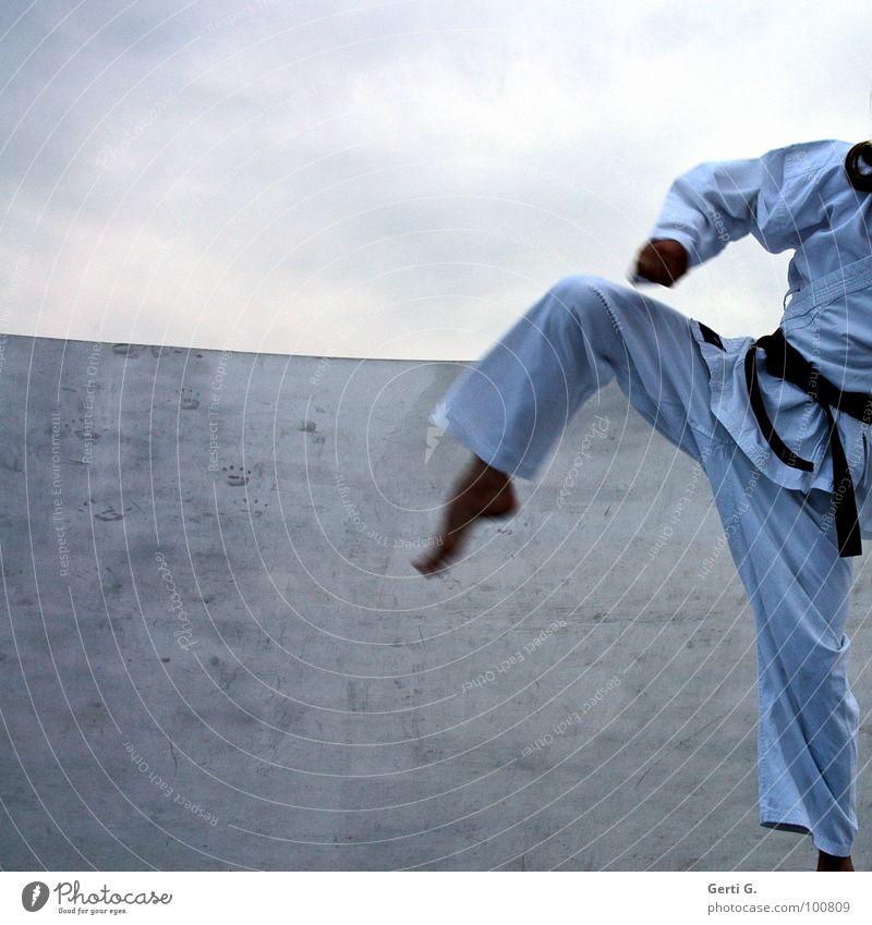 Karate Kid Mensch Mann Hand Jugendliche Himmel weiß Wolken Sport Bewegung Fuß Beine Kraft Gesundheit Arme Sicherheit Frieden