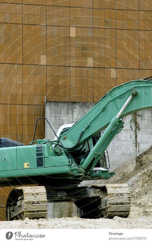 Auf der Baustelle (bald wieder Montag...) Bagger Schaufel Wand braun Arbeit & Erwerbstätigkeit Haus Gebäude Maschine Elektrisches Gerät Mechanik laut fahren
