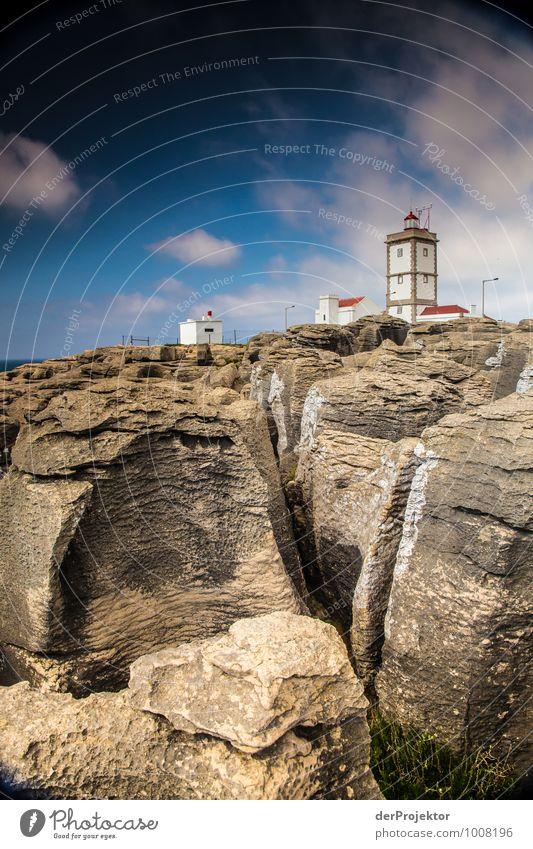 Leuchtturm bei Cabo Carvoeiro mit zerklüfteten Felsen Natur Ferien & Urlaub & Reisen Meer Landschaft Ferne Umwelt Architektur Gefühle Küste Gebäude Freiheit Felsen Tourismus Verkehr Ausflug Schönes Wetter