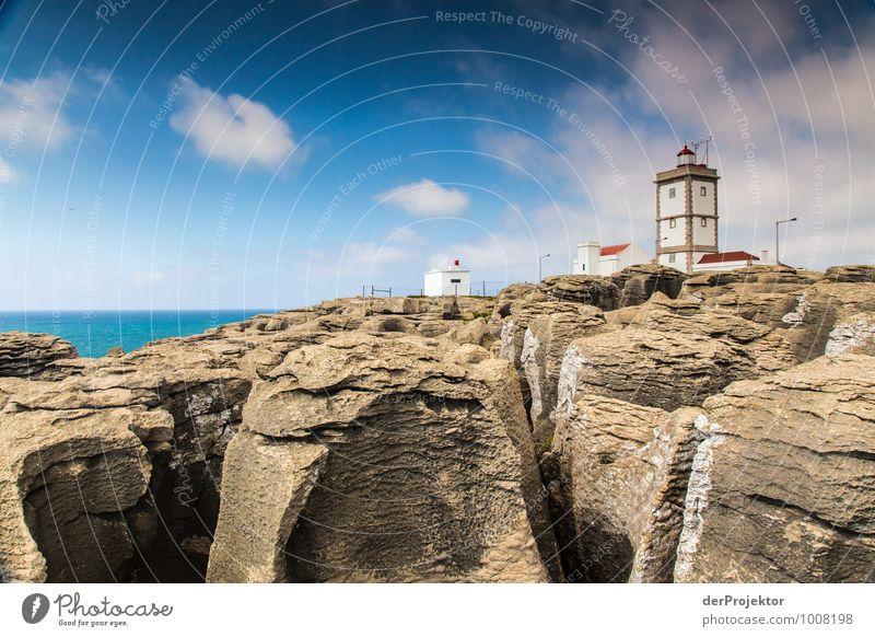 Leuchtturm bei Cabo Carvoeiro mit Felsen Natur Ferien & Urlaub & Reisen Pflanze Sommer Meer Landschaft Wolken Ferne Umwelt Gefühle Küste Freiheit Felsen Wellen Tourismus Verkehr