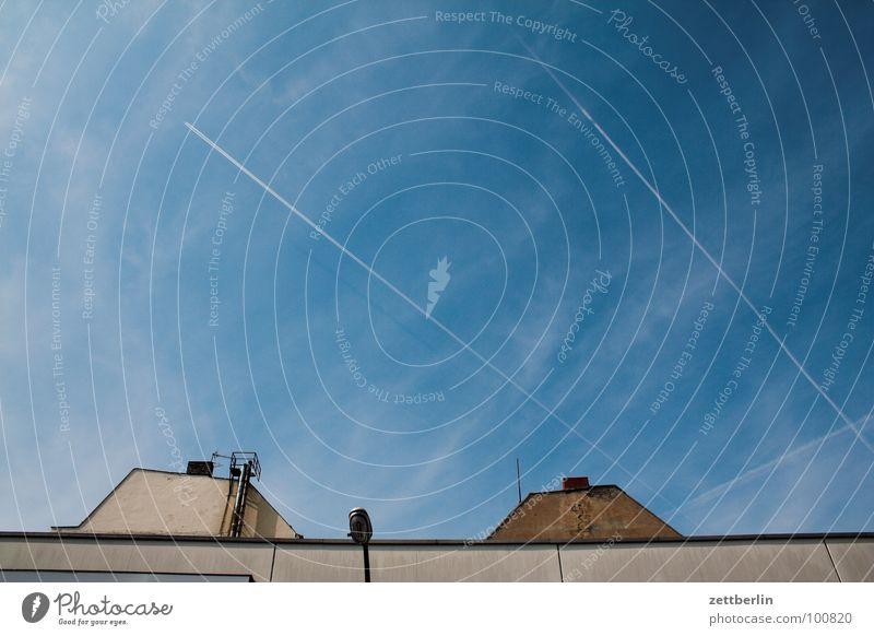 Fast nur Himmel blau Sommer Haus Mauer Flugzeug 8 Kondensstreifen