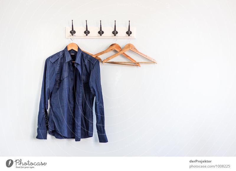 Ordnung muss sein... 2 blau weiß Freude kalt Stil braun Wohnung Design Häusliches Leben elegant ästhetisch Sauberkeit Falte Hemd Ausdauer Schlafzimmer