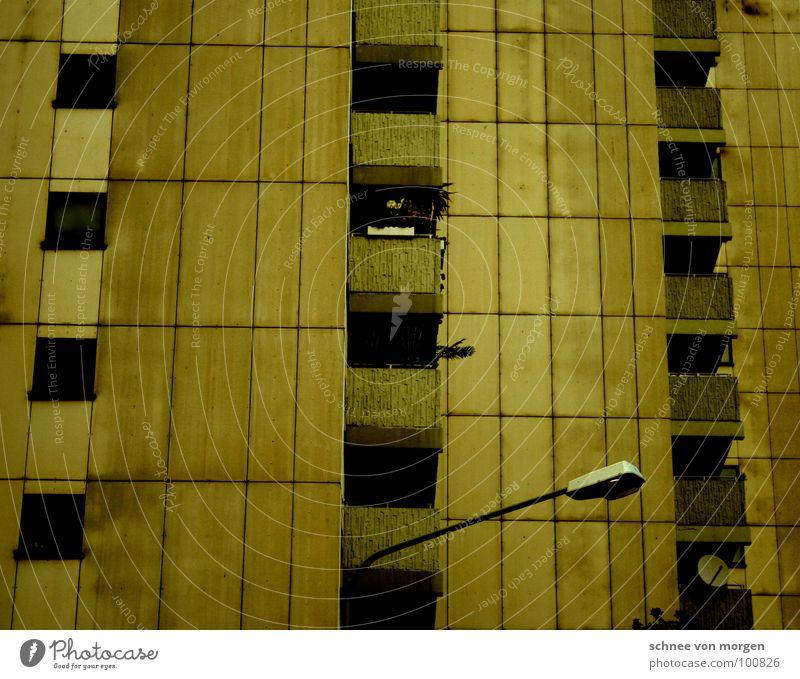 ...ich wusste es. Haus Hochhaus gelb Laterne Balkon horizontal vertikal trist plattenbau aber mit grandioser aussicht millimetergenau