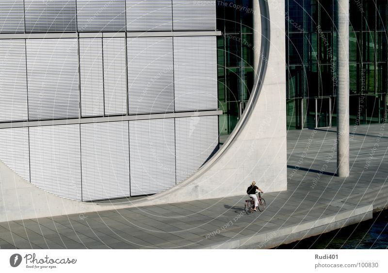 das runde vor dem eckigen Fahrrad fahren klein Einsamkeit kalt Spreebogen Regierungssitz modern Berlin proportion Kontrast Kreis Mensch