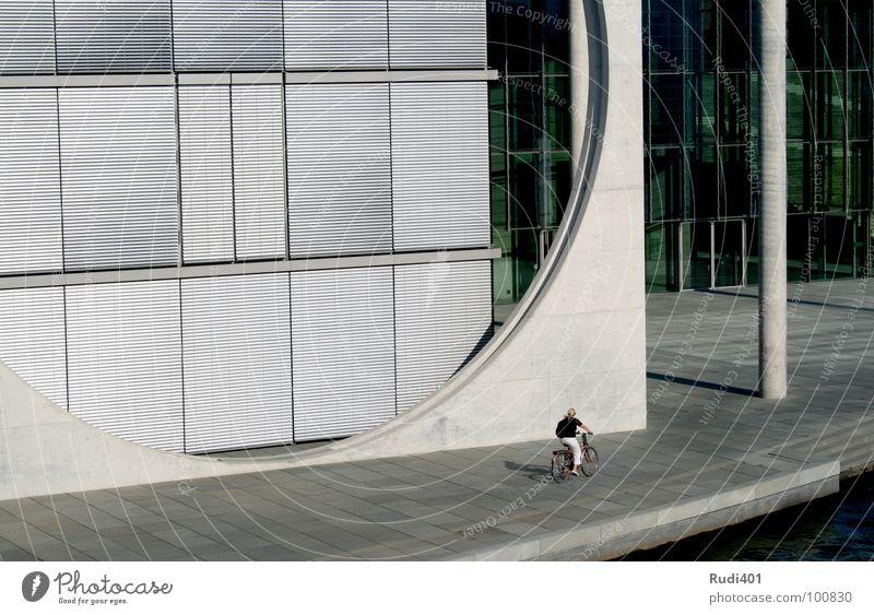 das runde vor dem eckigen Mensch Einsamkeit kalt Berlin Fahrrad klein Kreis modern fahren rund Hauptstadt eckig Regierungssitz Spreebogen