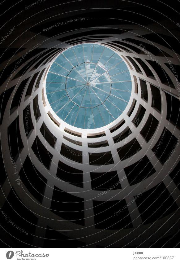 Spirale Autobahnauffahrt Aussicht Beton Fenster Gebäude Licht rund Detailaufnahme modern Himmel blau Glas Kreis aufwärts oben Schatten Architektur