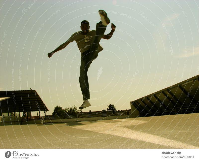 Movimento springen Fußtritt Capoeira Brasilien Sport Kampfsport beweglich Karate Schuhe Mann Parkhaus Dach Örtlichkeit beige Spielen Bewegung Tanzen Himmel