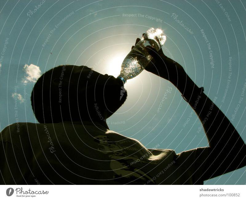 Refresh II trinken zyan Gegenlicht Erschöpfung regenerativ schöpfen laden beleben Mineralwasser Hand schwarz dunkel Blubbern Spielen Wasser Flasche Mensch