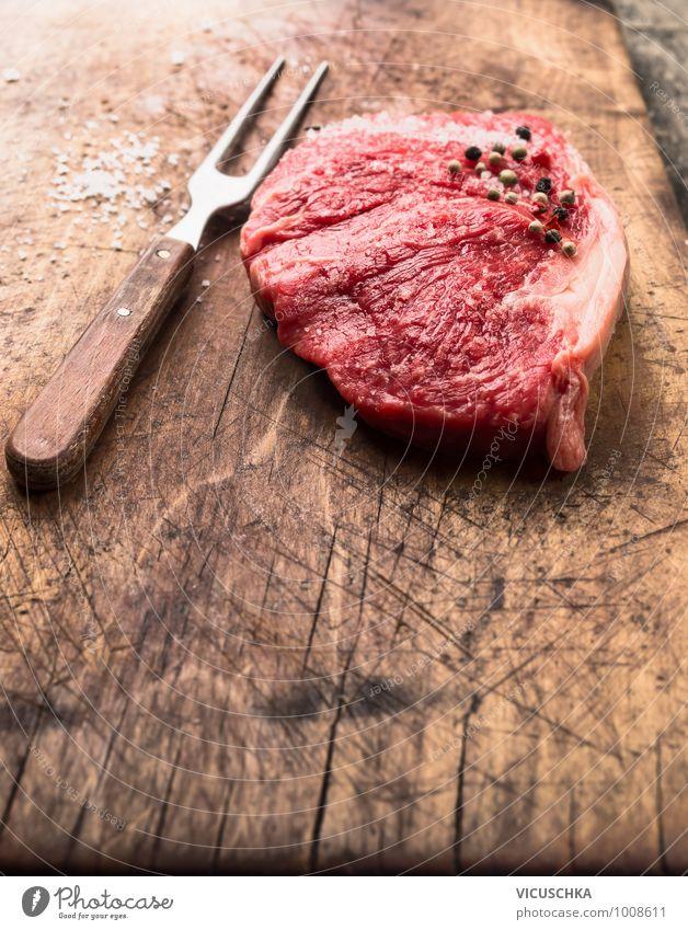 Roher Roastbeef mit Fleischgabel, Salz und Pfeffer alt rot Gesunde Ernährung Stil Lebensmittel braun Foodfotografie Design Kochen & Garen & Backen Küche