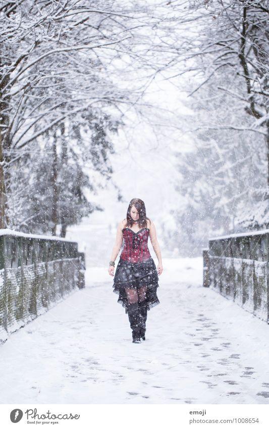 Schneerieseln feminin Junge Frau Jugendliche 1 Mensch 18-30 Jahre Erwachsene Umwelt Natur Winter Schneefall Mode Bekleidung außergewöhnlich kalt Erotik Emo-Punk