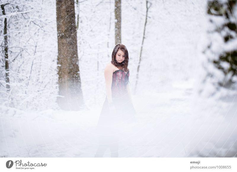 Schnee feminin Junge Frau Jugendliche 1 Mensch 18-30 Jahre Erwachsene Umwelt Natur Winter Schneefall außergewöhnlich kalt Farbfoto Außenaufnahme Tag