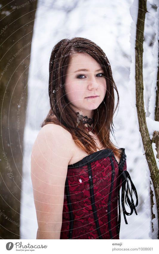Schneeflocken feminin Junge Frau Jugendliche 1 Mensch 18-30 Jahre Erwachsene Winter dunkel kalt Gothic Farbfoto Außenaufnahme Tag Schwache Tiefenschärfe Porträt