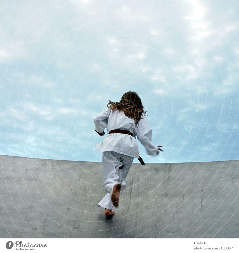 KarateKid Mensch Mann Jugendliche Himmel weiß Wolken Sport Bewegung Kraft Gesundheit blond laufen Kraft rennen Geschwindigkeit Frieden