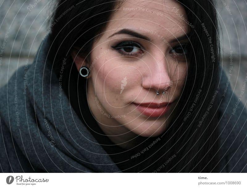 . feminin Junge Frau Jugendliche 1 Mensch Mauer Wand Mantel Schmuck Piercing Ohrringe schwarzhaarig langhaarig beobachten Lächeln Blick warten ästhetisch Glück