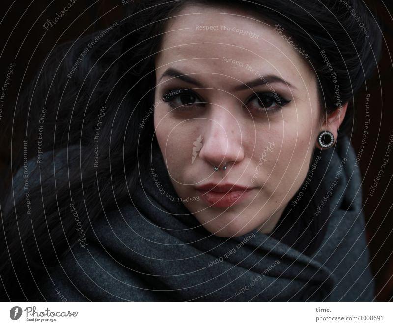 . feminin Junge Frau Jugendliche 1 Mensch Mantel Piercing Ohrringe schwarzhaarig langhaarig beobachten Blick warten dunkel Neugier schön Wachsamkeit
