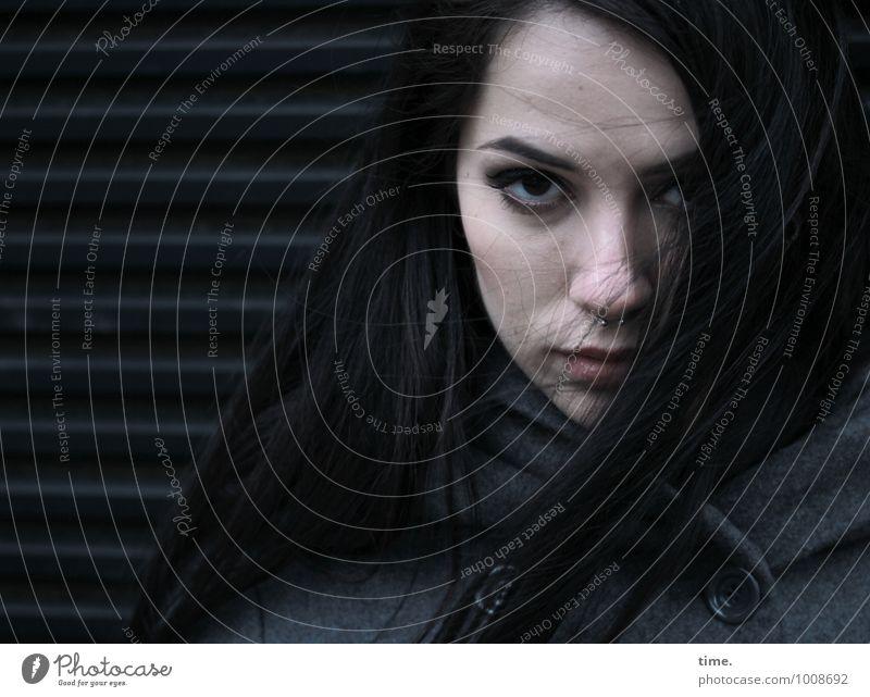 . feminin Junge Frau Jugendliche 1 Mensch Mauer Wand Mantel schwarzhaarig langhaarig beobachten Blick warten dunkel kalt rebellisch schön Wachsamkeit