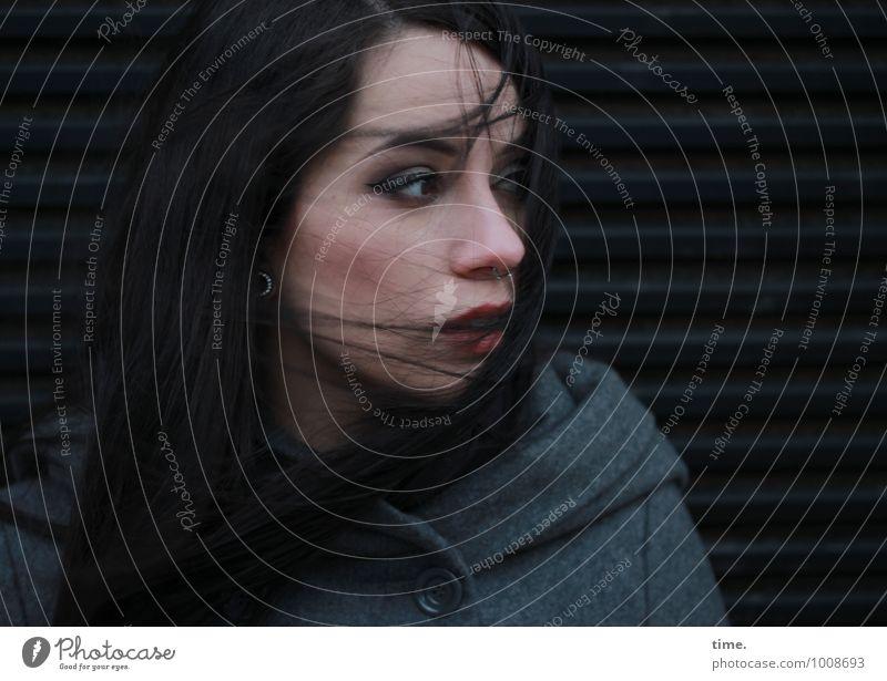 . feminin Junge Frau Jugendliche 1 Mensch Mantel Piercing schwarzhaarig langhaarig beobachten Denken Blick warten schön Wachsamkeit authentisch Schmerz
