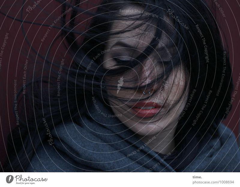 . feminin Junge Frau Jugendliche 1 Mensch Mantel schwarzhaarig langhaarig Denken Erholung Lächeln Blick warten dunkel schön Gefühle selbstbewußt Kraft