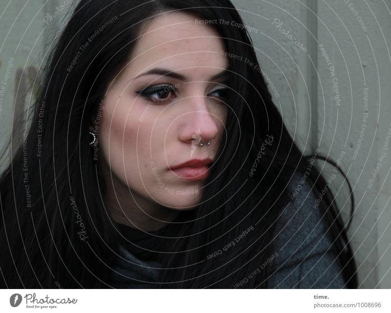 . feminin Junge Frau Jugendliche 1 Mensch Mauer Wand Mantel Piercing schwarzhaarig langhaarig beobachten Denken Blick Traurigkeit warten schön selbstbewußt