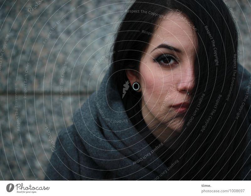. feminin Junge Frau Jugendliche 1 Mensch Mauer Wand Mantel Piercing Ohrringe schwarzhaarig langhaarig beobachten Blick schön Wachsamkeit gewissenhaft Vorsicht